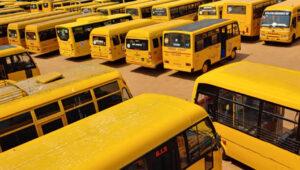 सगळेच नियम धाब्यावर बसमध्ये कधीच शिक्षक नसतात, दोन दरवाज्यांच्या नियमासही फाटा