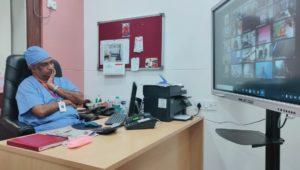 मास्क न घालणारा एक माणूस <br>४०० लोकांना कोरोना चा प्रसाद देत आहे